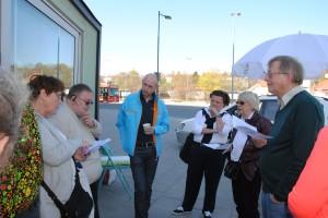 kommunalrådet Per-Erik Kanström (M), Anitha Hector (M), ordförande för byggnadsnämnden i mitten, i diskussion med Hyresgästföreningen och till höger, Lennart Olsen, MP.