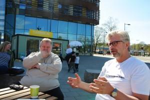 Eddie Carlsson, hyresgästföreningen Upplands Väsby, i samtal med Johan Thidell (S), byggnadsnämnden Upplands Väsby.